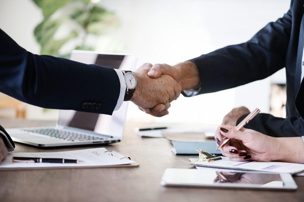 Handdruk bij een business deal