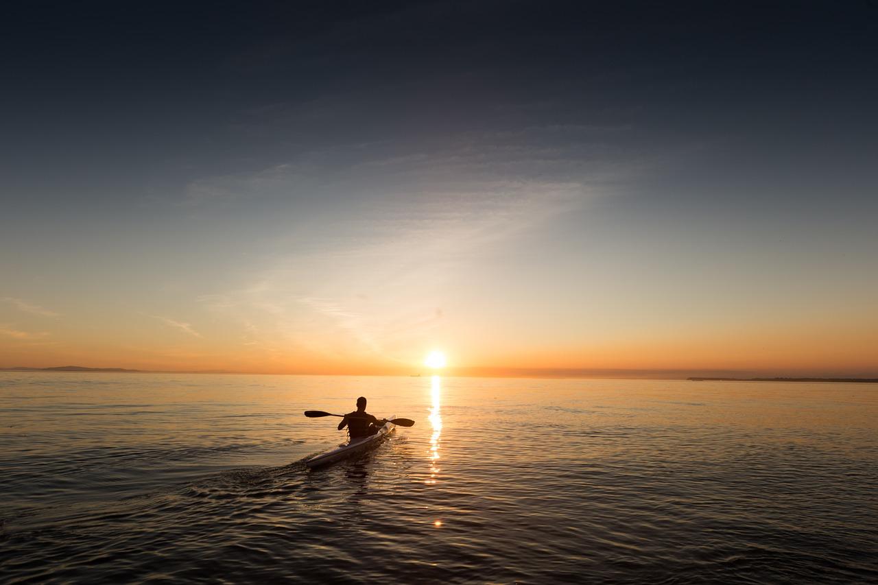 Man kano op zee